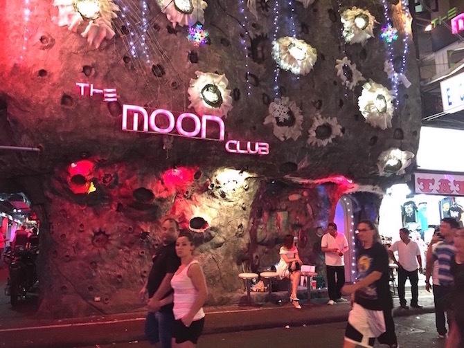 ムーンクラブというゴーゴーバーはパタヤウォーキングストリートにあります。